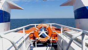 Een wit schip met een reddingsboei bij zijn strenge bewegingen in het overzees stock footage