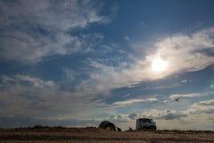 een witte auto op de horizontribunes alleen op een verlaten gebied in de middag op een wild strand stock foto's