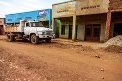 Een witte bestelwagen bij de landweg Stock Foto's