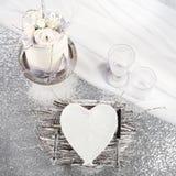 Een witte cake, een feestelijke lijst op een verfraaide tribune plaatsen, een vork en messensteunen, een plaat die, vogels, een g Royalty-vrije Stock Foto
