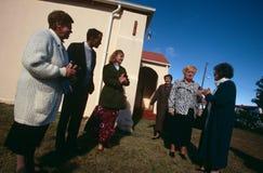 Een witte familie buiten een kerk in Zuid-Afrika Stock Fotografie