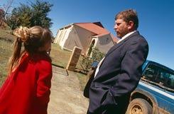 Een witte familie buiten een kerk in Zuid-Afrika Royalty-vrije Stock Afbeeldingen
