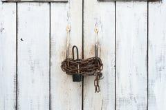 Een witte grote deur sloot met een ketting en TWEE sloten stock afbeeldingen
