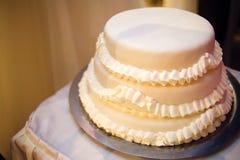 Een witte huwelijkscake royalty-vrije stock foto's