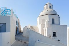 Een witte kerk in Fira op Santorini-eiland, Griekenland Royalty-vrije Stock Afbeeldingen