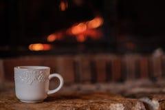 Een witte koffiemok op de haard stock afbeeldingen