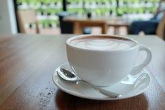 Een witte kop van mooie hete cacao op houten lijst en onduidelijk beeldrug Royalty-vrije Stock Foto's