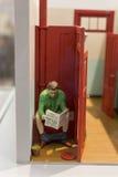 Een witte mens op het toilet las krant Royalty-vrije Stock Foto
