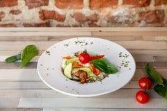 Een witte plaat met rijst en verse groenten Veganist vers voedsel Versier met orego en kersentomaten stock foto