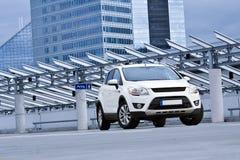 Een witte SUV Stock Afbeeldingen