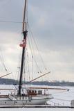 Een witte zeilboot met twee vlaggen van Canada en de stad van Toronto bij een dok van het meer van Ontario, Toronto royalty-vrije stock foto's