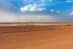 Een woestijnlandschap met een tijdelijke vijver na regen royalty-vrije stock foto's