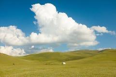 Een Wolk boven Weiden met een Yurt Stock Afbeelding