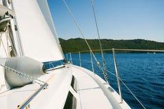 Een wondeful jacht is in een blauwe overzees Het reizen, zeilen, het varen concept royalty-vrije stock afbeeldingen