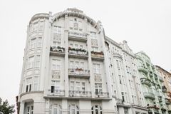 Een woningbouw in Praag in de Tsjechische Republiek Traditionele oude Europese architectuur royalty-vrije stock fotografie