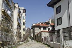 Een woondistrict van eigentijdse Bulgaarse huizen in grijswitte antiquiteit Varosha royalty-vrije stock foto