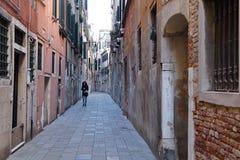 Een woonstraat in het Castello-kwart van Venetië royalty-vrije stock afbeeldingen