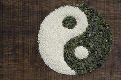 Een yin yang die van zaden wordt gemaakt Stock Foto's