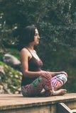 Een yoga van vrouwenpraktijken op de portiek van een oud blokhuis royalty-vrije stock fotografie