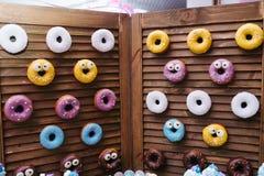 Een yummy doughnutmuur Over het houten vouwende scherm royalty-vrije stock foto's