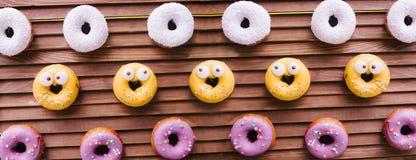 Een yummy doughnutmuur Over het houten vouwende scherm stock fotografie