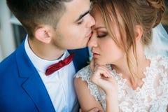 Een zacht en romantisch portret van een paar in liefde Vandaag is de gelukkigste dag in hun leven De donker-haired bruidegom Royalty-vrije Stock Foto