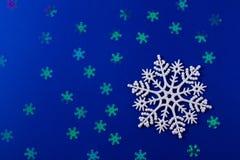 Een zachte magische witte sneeuwvlok van een sprookje op lichtrose royalty-vrije stock foto