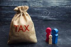 Een zak met de de woordbelasting en familie Belastingen op onroerende goederen, betaling Sanctie, schuldvorderingen Register van  royalty-vrije stock fotografie