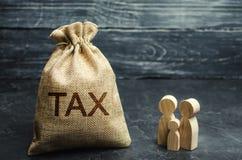 Een zak met de de woordbelasting en familie Belastingen op onroerende goederen, betaling Sanctie, schuldvorderingen Register van  royalty-vrije stock afbeeldingen