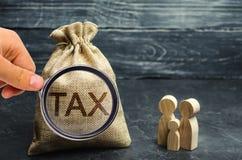 Een zak met de de woordbelasting en familie Belastingen op onroerende goederen, betaling Sanctie, schuldvorderingen Register van  stock foto's