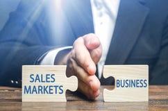 Een zakenman of een ambtenaar stellen afsnijden de zaken van buitenlandse markten voor producten in werking Hoge belastingdruk en royalty-vrije stock fotografie