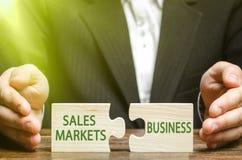 Een zakenman of een ambtenaar stellen de ingang van zaken in nieuwe internationale markten in werking, de levering van producten  royalty-vrije stock afbeelding
