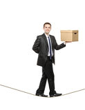 Een zakenman die een document vakje houdt Stock Foto's