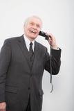 Een zakenman die een gebroken telefoon met behulp van royalty-vrije stock afbeeldingen