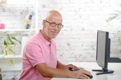 Een zakenman die in zijn bureau werken stock afbeeldingen