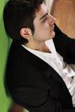 Een zakenman kijkt vermoeid, spanning in bureau Stock Fotografie
