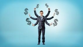 Een zakenman met zes die handen door de beelden van het dollarteken op blauwe achtergrond worden omringd Royalty-vrije Stock Afbeeldingen
