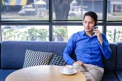 Een zakenman raadplegende partner telefonisch stock afbeeldingen