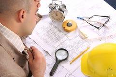 Een zakenman slaperig met architecturale plannen Stock Fotografie