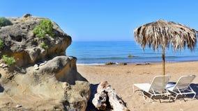 Een zandig strand met sunbeds royalty-vrije stock fotografie