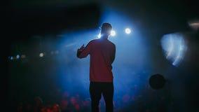 Een zanger op het stadium stock video