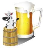 Een zebra binnen een houten container met een glas bier bij de bedelaars Royalty-vrije Stock Afbeelding