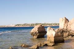 Een zeegezicht met rotsen Stock Foto's