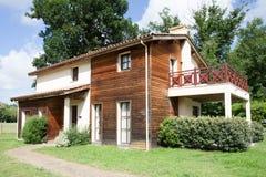 Een zeer aardig huis met een tuin royalty-vrije stock foto's