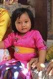 Een zeer jong meisje in traditionele Balinese kleren op de ceremonie van Potong Gigi - het Snijden Tanden, het Eiland van Bali, I stock fotografie