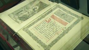 Een zeer oud Orthodox boek stock videobeelden