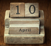 Een zeer oude houten uitstekende kalender die de datum 10de April tonen Royalty-vrije Stock Foto