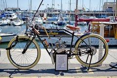 Een zeer oude motorfiets die zich door de haven in Ramsgate Kent England bevinden stock afbeeldingen