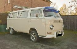Een zeer slimme Volkswagen-kampeerautobestelwagen. Royalty-vrije Stock Afbeelding