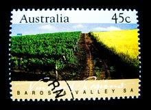 Een zegel in Australië wordt gedrukt toont een beeld van Barossa-de gebieden van de valleiwijngaard, Zuid-Australië op waarde bij Stock Afbeeldingen